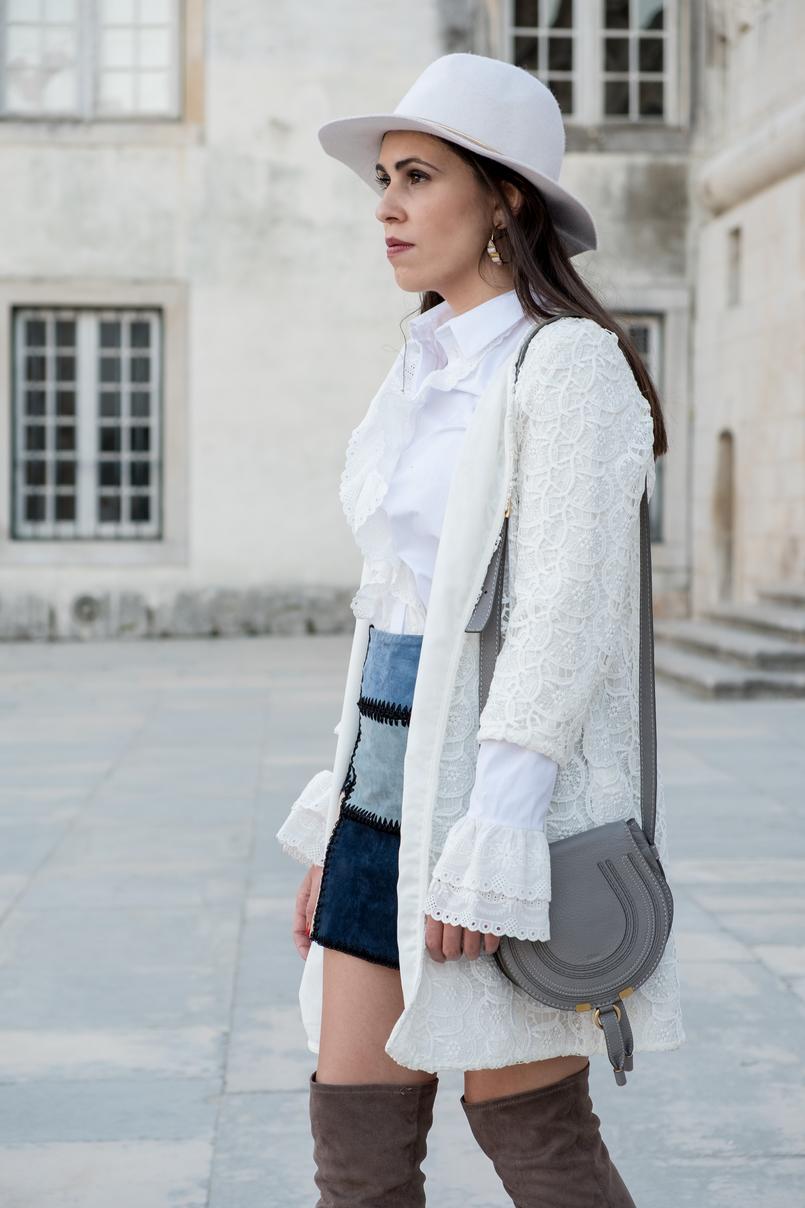 Le Fashionaire As mulheres baixas podem ou não usar botas acima do joelho? camisa branca algodao folhos bordado ingles uterque casaco branco comprido bordado zara chapeu branco la hm brincos argolas parfois 0892 PT 805x1208