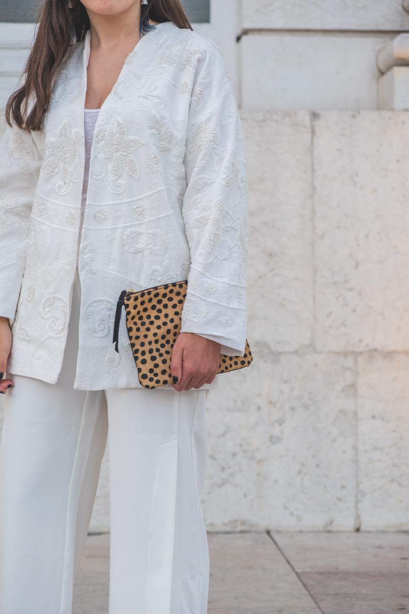 Le Fashionaire 3 dicas para usar branco total no outono casaco algodao bordado missangas mango clutch leopardo pele pelo sfera branco 5874 PT 805x1208