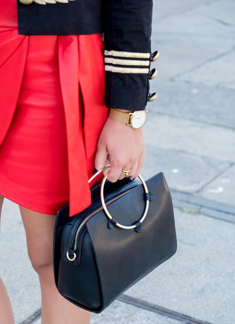 Le Fashionaire Pessoal: a internet é uma realidade editada casaco azul escuro arneses dourado vermelho botoes minusey saia vermelha pele uterque mala preta zara argola dourada 3697 PT 805x1110