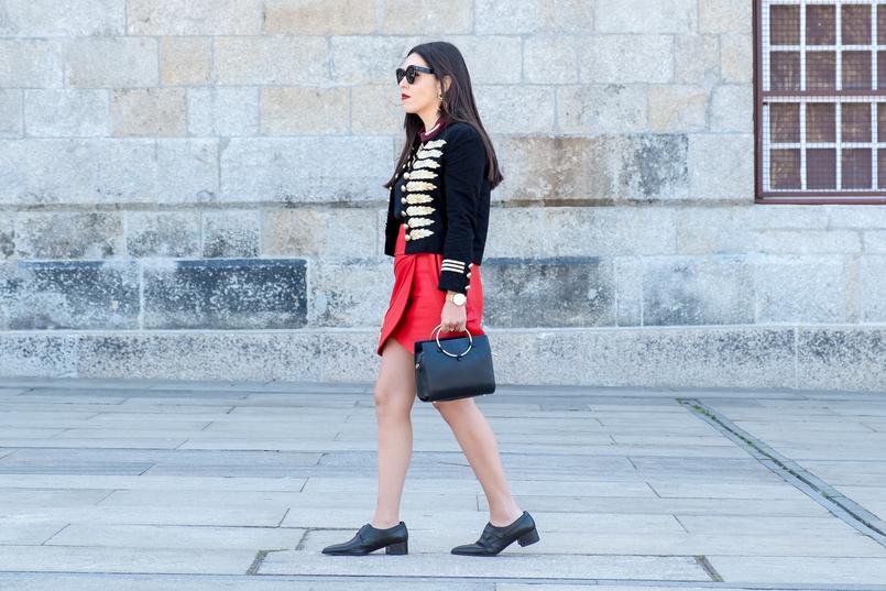 Le Fashionaire Pessoal: a internet é uma realidade editada casaco azul escuro arneses dourado vermelho botoes minusey saia vermelha pele uterque sapatos preto pele estilo masculino zara 3676 PT 805x537