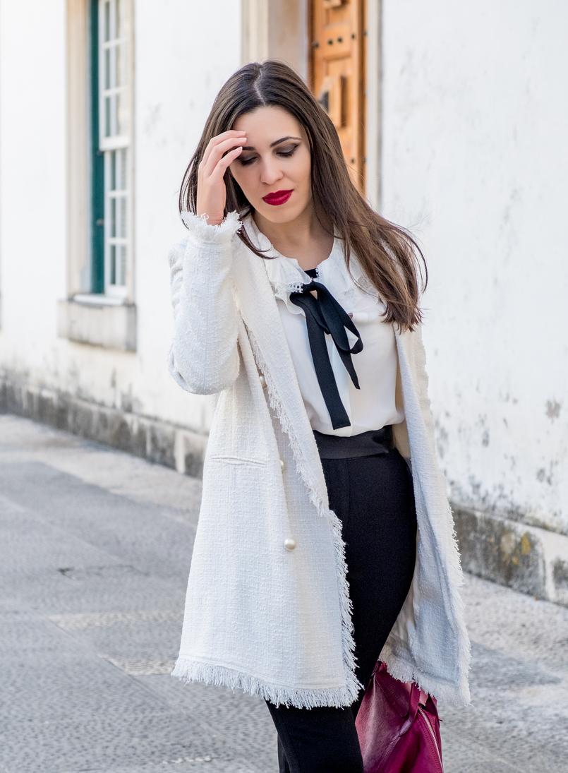 Le Fashionaire Comprei uns sapatos brancos, e agora? casaco branco tweed comprido botoes perolas zara camisa seda branca laco preto folhos rendas seda massimo dutti calcas pretas zara 3314 PT 805x1095