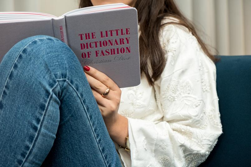 Le Fashionaire 4 livros essenciais para quem gosta de moda cinzento rosa little dictionary fashion christian dior casaco branco bordado mango calcas ganga clara nakd livro 1261 PT 805x537