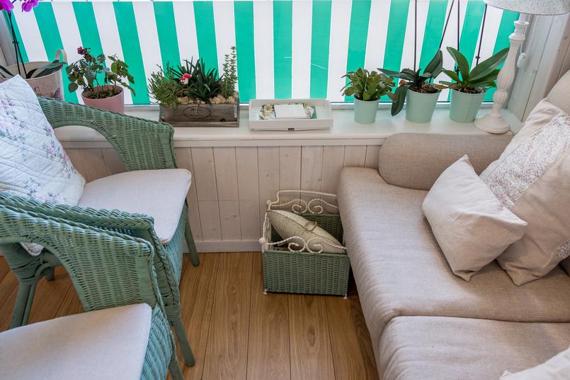 Le Fashionaire Mil Folhas: querem lanchar numa casa de bonecas? confeitaria mil folhas verde branco almofadas brancas cadeiras 2023 PT 805x537