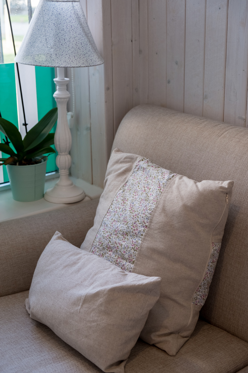 Le Fashionaire Mil Folhas: querem lanchar numa casa de bonecas? confeitaria mil folhas verde branco almofadas brancas cadeiras 2025 PT 805x1208