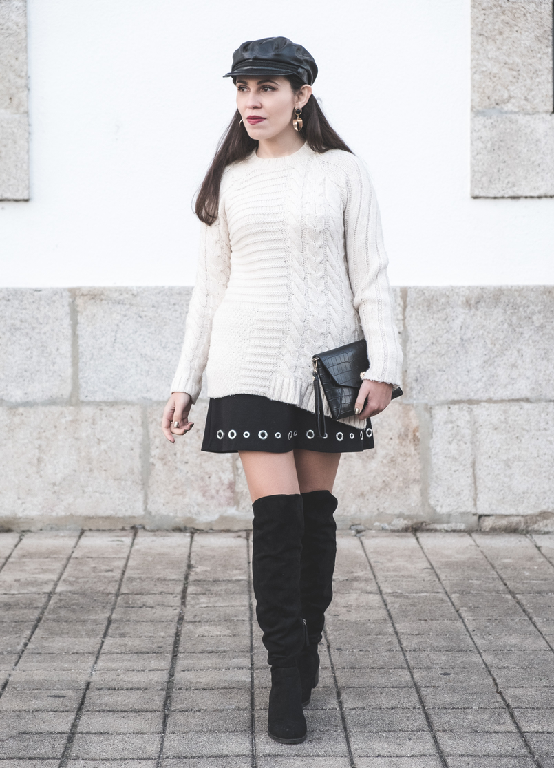 Le Fashionaire How to wear an oversized knit in a feminine way eights wool mango white jumper Eyelets black michael kors skirt black suede stradivarius over knee boots black fake leather zara beret 2400 EN 805x1116
