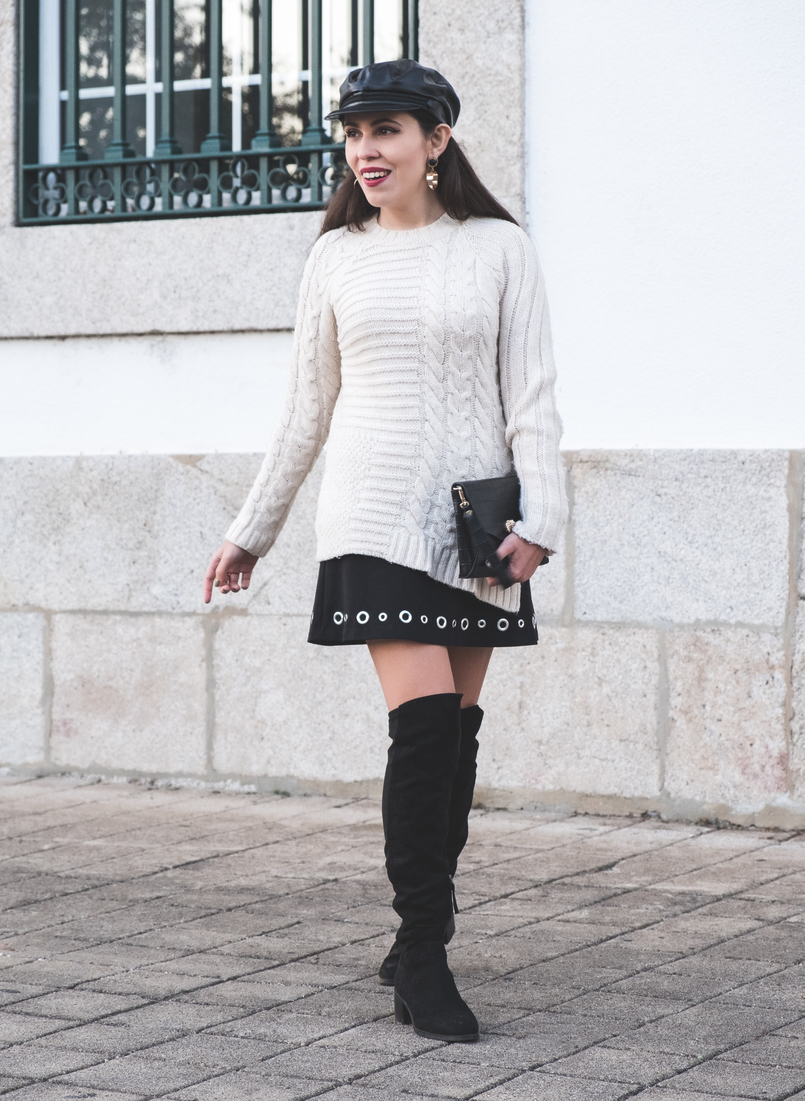 Le Fashionaire How to wear an oversized knit in a feminine way eights wool mango white jumper Eyelets black michael kors skirt black suede stradivarius over knee boots black fake leather zara beret 2439 EN 805x1101