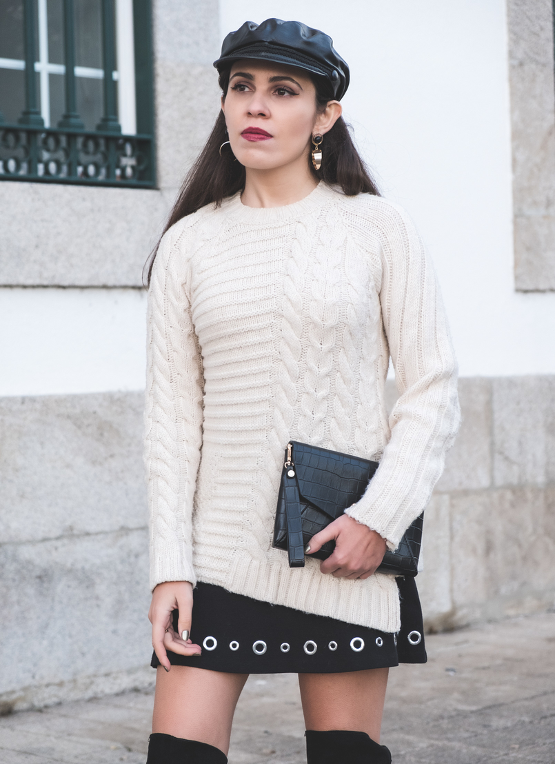 Le Fashionaire How to wear an oversized knit in a feminine way eights wool mango white jumper black fake leather zara beret gold bold mango earrings fake leather coco parfois clutch 2422 EN 805x1108