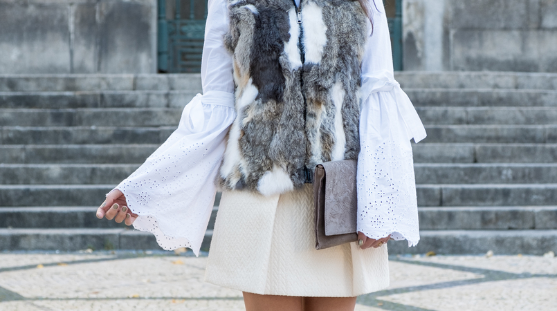 Le Fashionaire How to wear the fur vest in a romantic way fur brown white winter vest white bell sleeves swiss embroidered zara blouse white wool mango gold buttons skirt leather grey floral sfera clutch 2490F EN 805x450