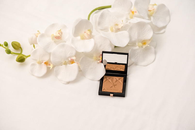 Le Fashionaire Givenchy Les Saisons: The healthy glow powder you need now givenchy healthy glow powder stars les saisons givenchy black logo box 3647 EN 805x537