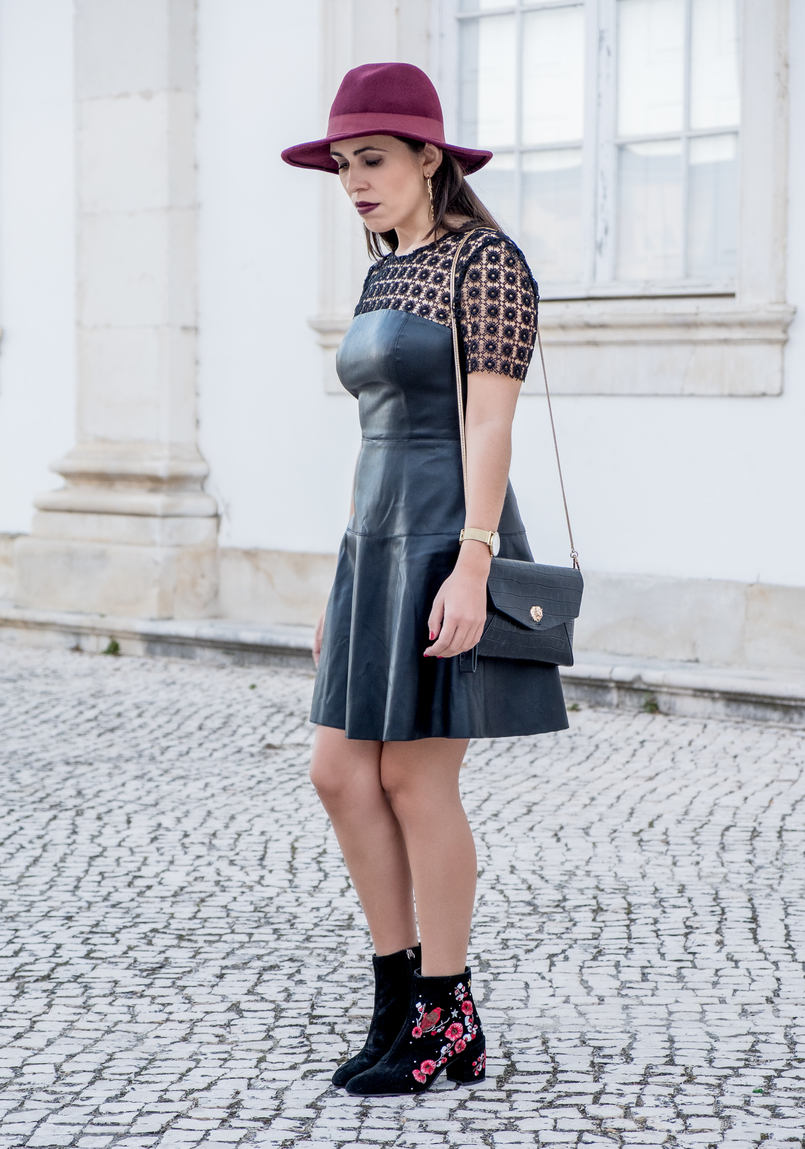 Le Fashionaire What to pair with a black fake leather dress? leather embroidered black dress lady like zara black embroidered ankle boots flowers red stradivarius fake leather croco gold tiger clutch 0771 EN 805x1149