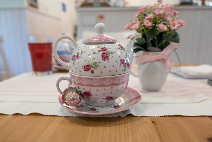 Le Fashionaire Mil Folhas: what about having a snack at a doll's house? mil folhas white mint cafe tea cups roses pink tea pot 2001 EN 805x537