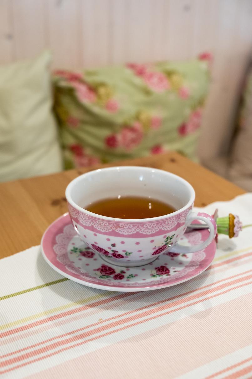 Le Fashionaire Mil Folhas: what about having a snack at a doll's house? mil folhas white mint cafe tea cups roses pink tea pot 2028 EN 805x1208
