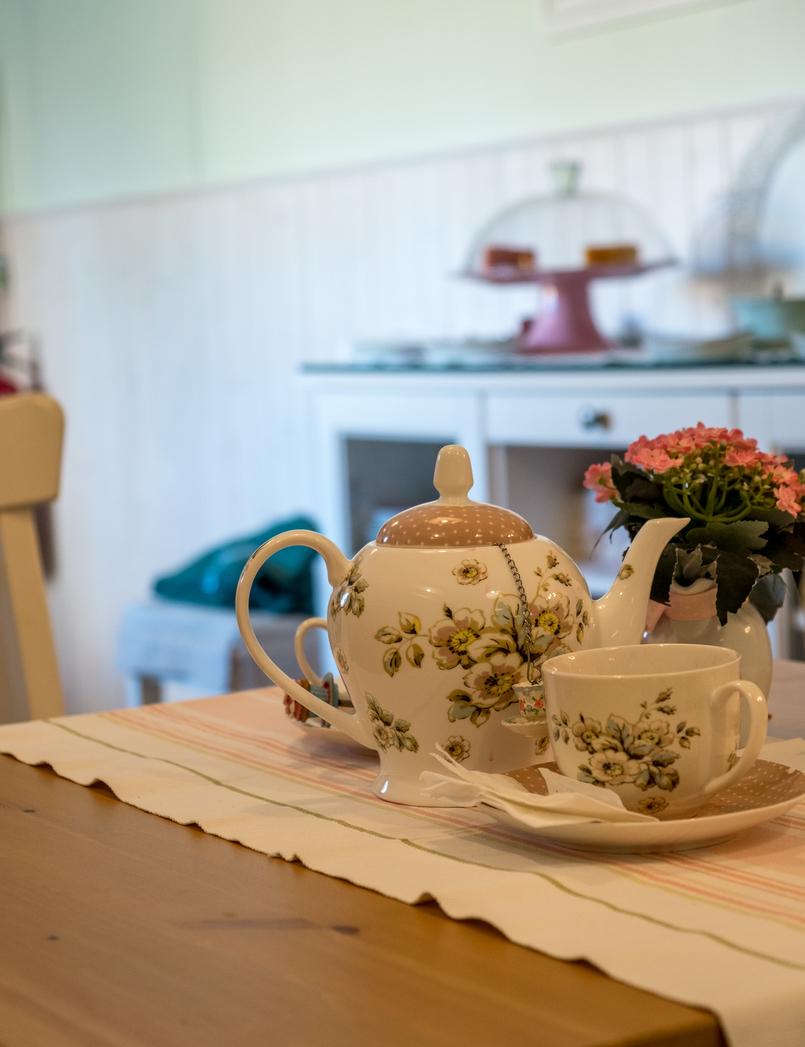 Le Fashionaire Mil Folhas: what about having a snack at a doll's house? mil folhas white mint cafe tea cups roses pink tea pot 2034 EN 805x1047