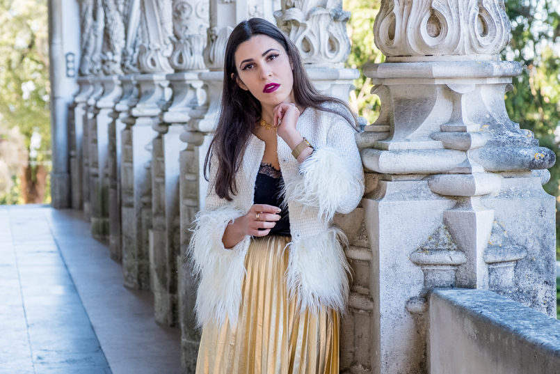 Le Fashionaire What to wear on christmas? pleated gold shein skirt white gold feathers shein jacket black lace top shein portuguese filigree gold pearls chic necklace 2787 EN 805x537