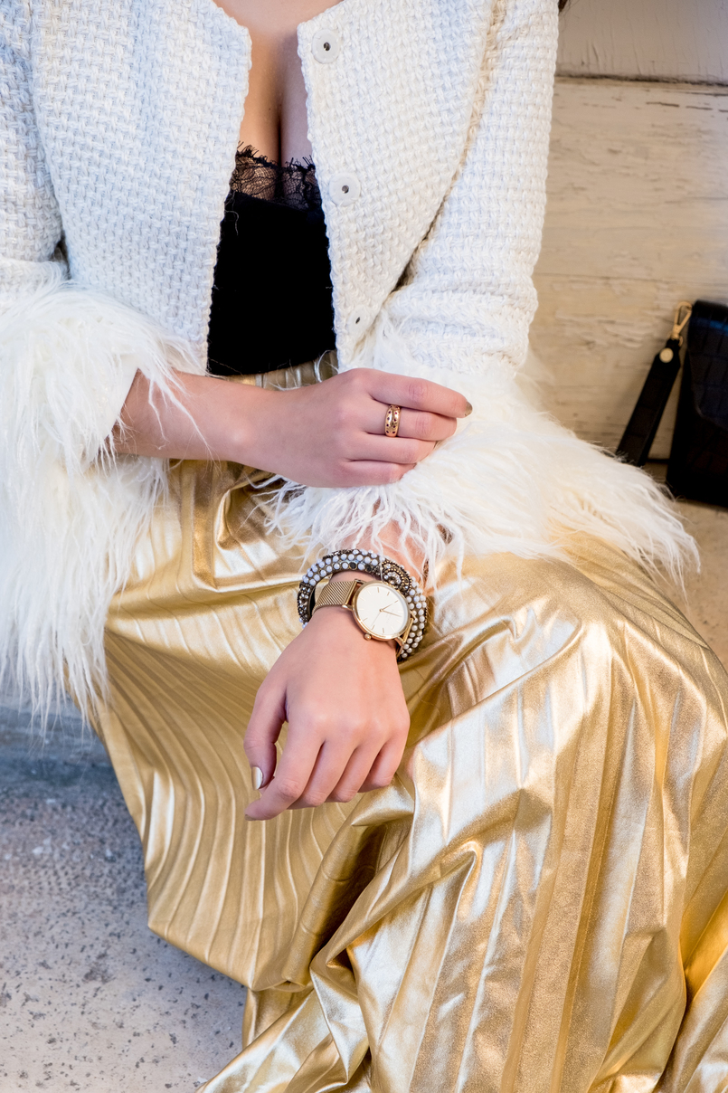Le Fashionaire What to wear on christmas? pleated gold shein skirt white gold feathers shein jacket gold watch rosefield watches gold pearls bracelet accessorize 2892 EN 805x1208