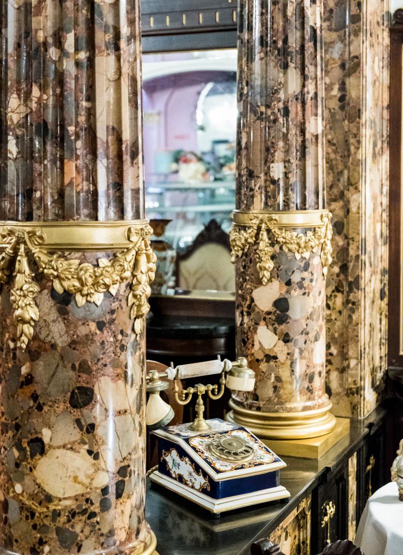 Le Fashionaire Jóia da Coroa: Fui tomar chá com a Rainha D. Amélia telefone porcelana azul joia coroa salao cha rua flores opulencia 2683 PT 805x1108