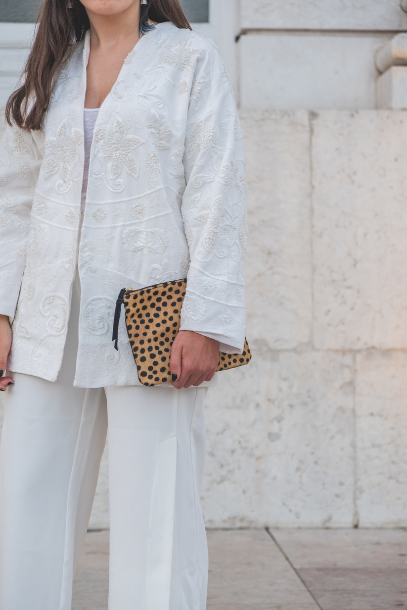 Le Fashionaire 3 tips to wear total white on fall wembroidered cotton sequins mango cardigan leopard fur leather leopard clutch white 5874 EN 805x1208