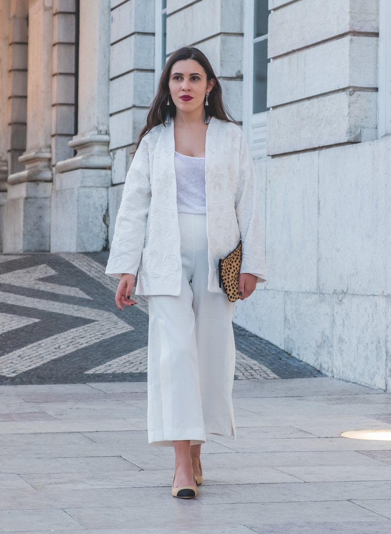 Le Fashionaire 3 tips to wear total white on fall wembroidered cotton sequins mango cardigan zara gold buttons culottes black zara chanel inspired shoes linen zara tank top white 5880 EN 805x1098