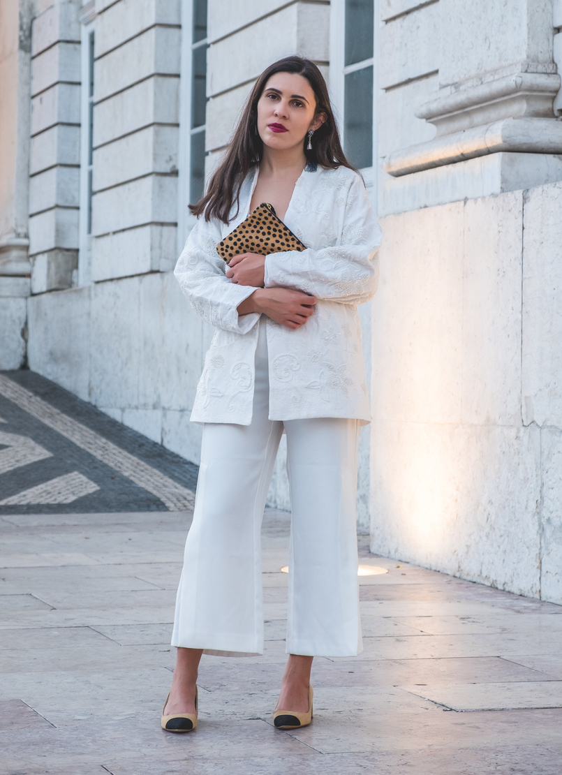 Le Fashionaire 3 tips to wear total white on fall wembroidered cotton sequins mango cardigan zara gold buttons culottes black zara chanel inspired shoes linen zara tank top white 5905 EN 805x1110