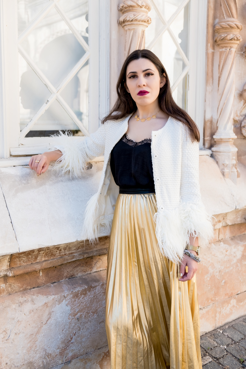 Le Fashionaire What to wear on christmas? white gold feathers shein jacket gold pearls bracelet accessorize portuguese filigree gold pearls chic necklace 2860 EN 805x1208