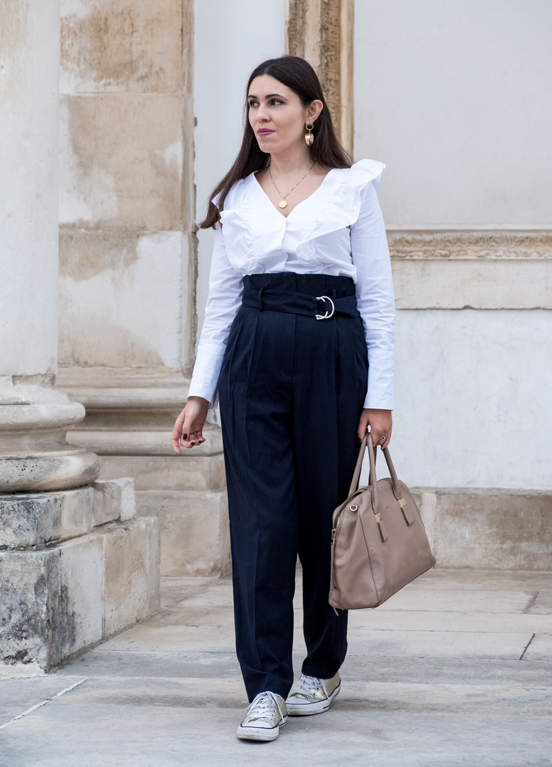Le Fashionaire Two essentials for a easy and chic outfit to work white ruffles cotton mango shirt dark blue belt detail high waist mango trousers gold converse all stars nude leather twiggy furla bag 6438 EN 805x1118