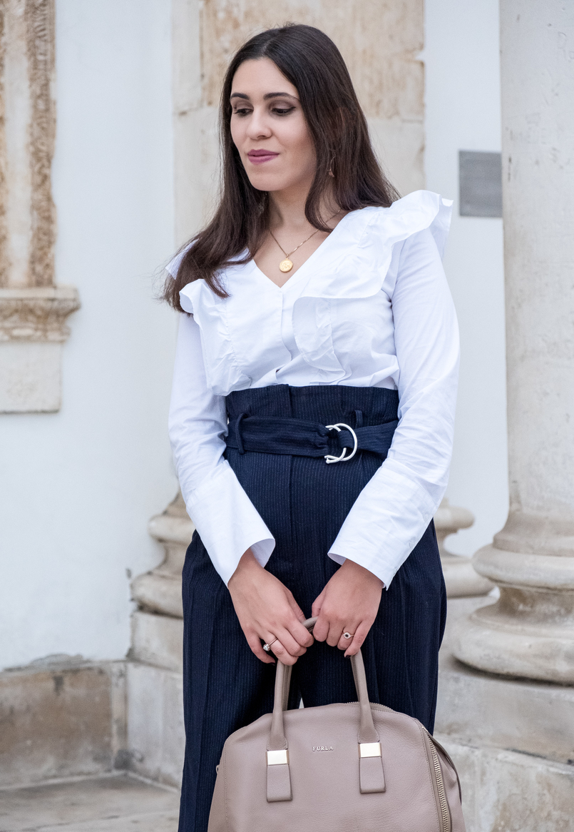 Le Fashionaire Two essentials for a easy and chic outfit to work white ruffles cotton mango shirt dark blue belt detail high waist mango trousers gold world map medallion silver cinco necklace 6474 EN 805x1166