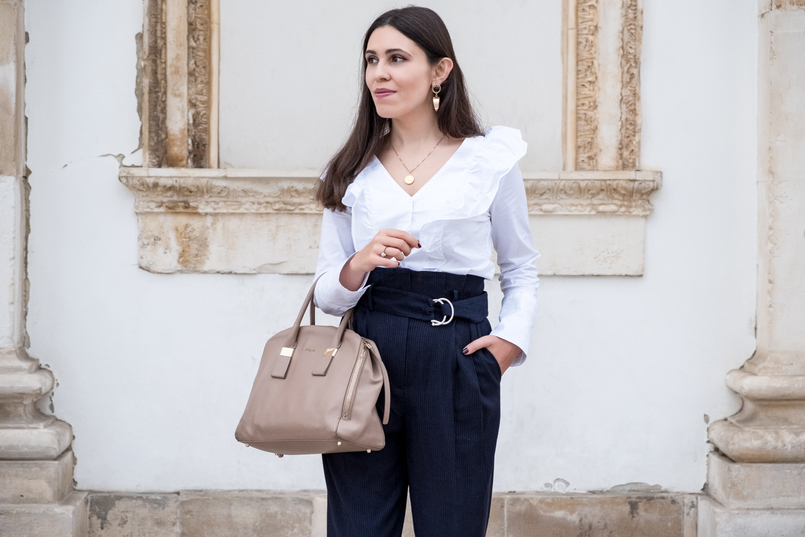 Le Fashionaire Two essentials for a easy and chic outfit to work white ruffles cotton mango shirt dark blue belt detail high waist mango trousers nude leather twiggy furla bag bold gold mango earrings 6452 EN 805x537