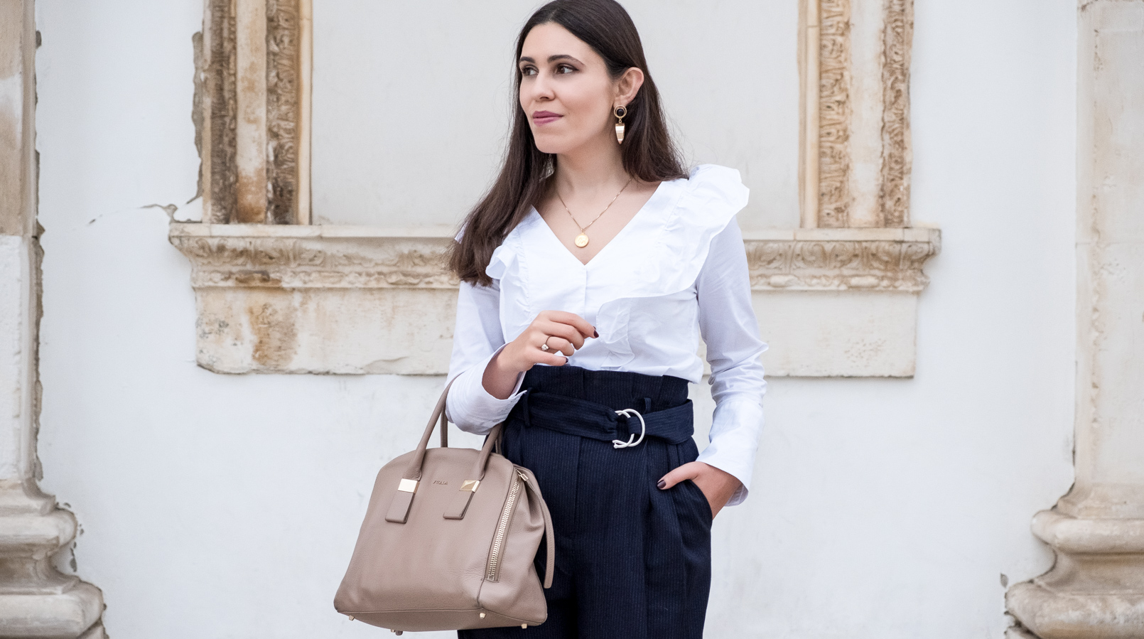 Le Fashionaire Two essentials for a easy and chic outfit to work white ruffles cotton mango shirt dark blue belt detail high waist mango trousers nude leather twiggy furla bag bold gold mango earrings 6452F EN