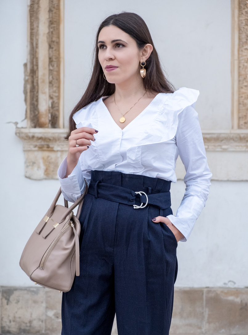 Le Fashionaire Two essentials for a easy and chic outfit to work white ruffles cotton mango shirt gold world map medallion silver cinco necklace bold gold mango earrings 6434 EN 805x1086