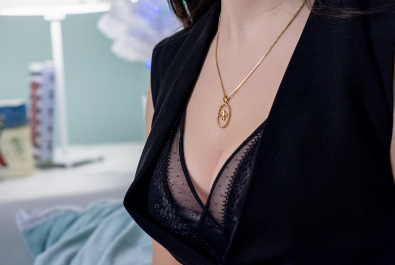 Le Fashionaire Christmas gifts for friends and mum: jewelry black stradivarius jumpsuit sexy black oysho body gold swallow cinco silver necklace 0 4749 EN 805x541