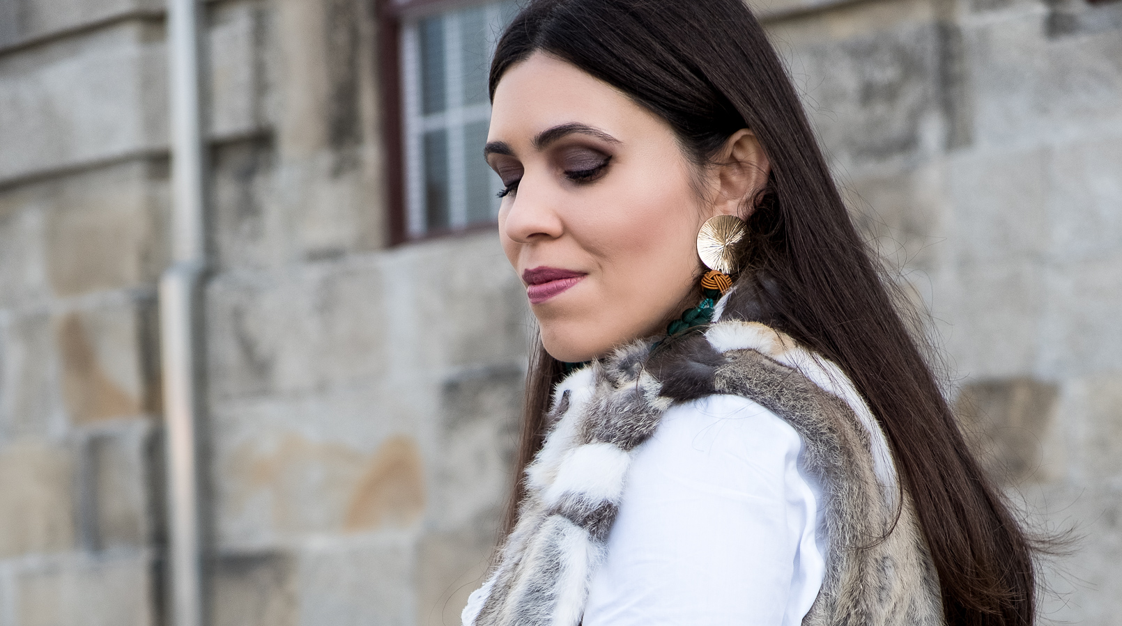 Le Fashionaire Effort doesn't always equals to success blogger catarine martins fur white brown vest white cotton swiss embroidered ruffles uterque shirt gold green bold tassels zara earrings 3088F EN