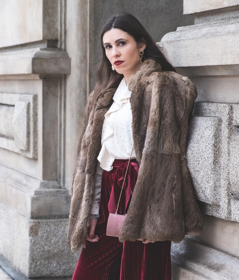 Le Fashionaire Look elegante para o dia de natal calcas flare veludo cor vinho camisa branca pintas douradas zara casaco pelos castanho antigo 6275 PT 805x942