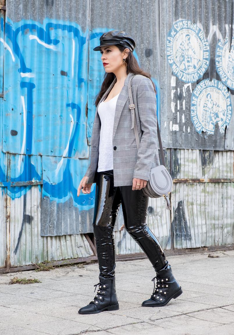 Le Fashionaire Calças de vinil: sim ou não? calcas vinil preto mango casaco preto branco xadrez bershka boina tipo pele preto zara botas pretas perolas brancas pele zara 0346 PT 805x1153