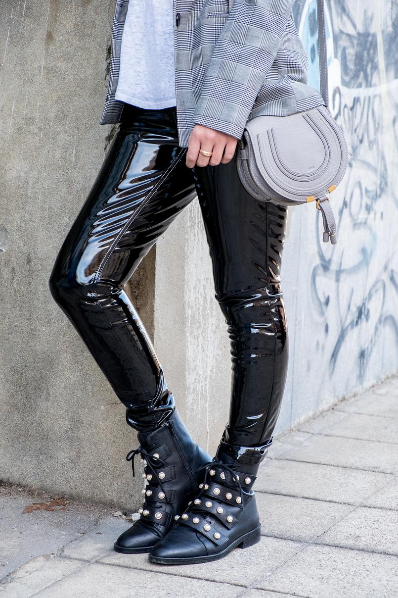 Le Fashionaire Calças de vinil: sim ou não? calcas vinil preto mango casaco preto branco xadrez bershka botas pretas perolas brancas pele zara 0381 PT 805x1208