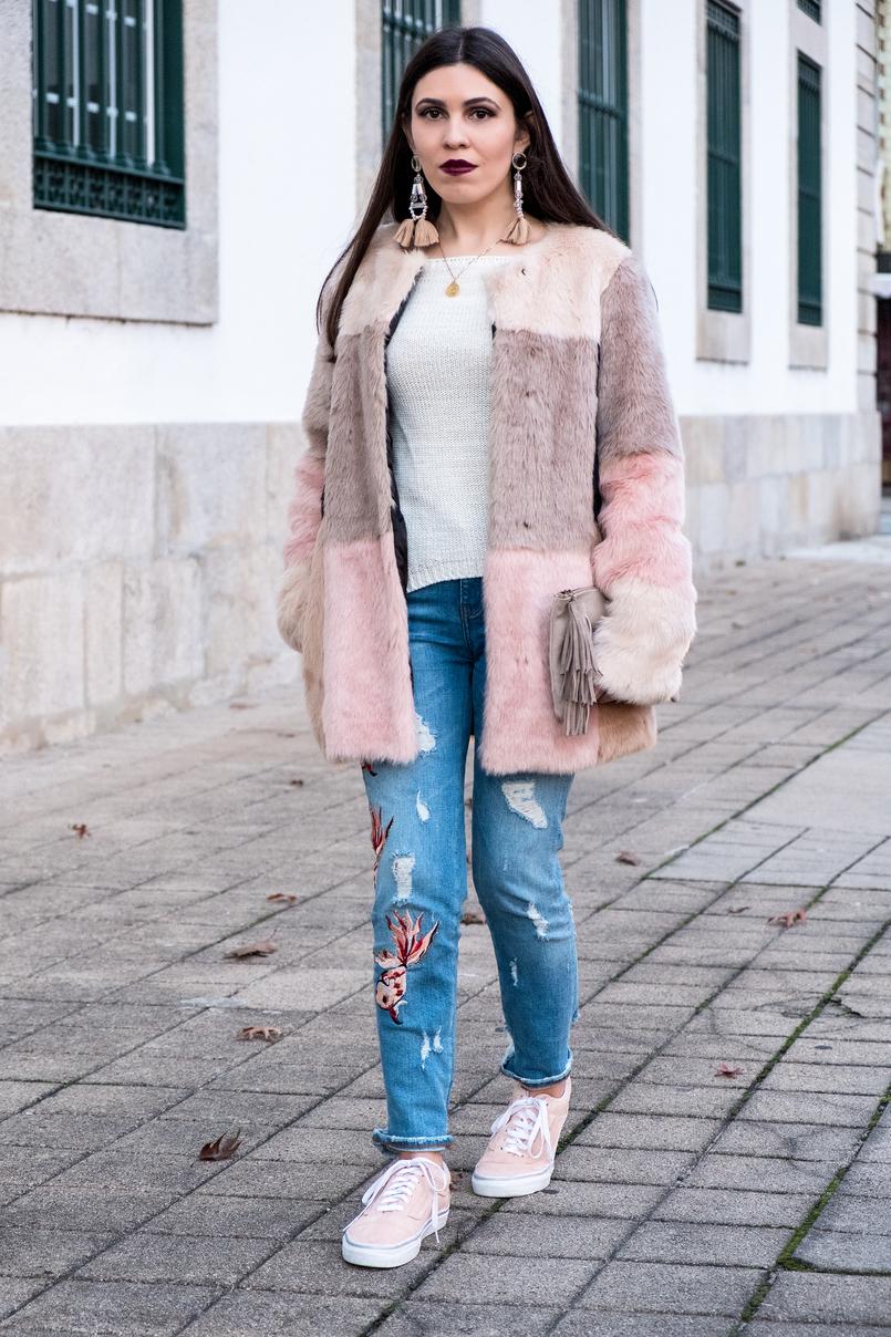 Le Fashionaire O melhor do inverno são os casacos camisola branca malha loja local brincos compridos grandes pvc franjas rosa hm colar dourado prata mapa mundo cinco 3294 PT 805x1208