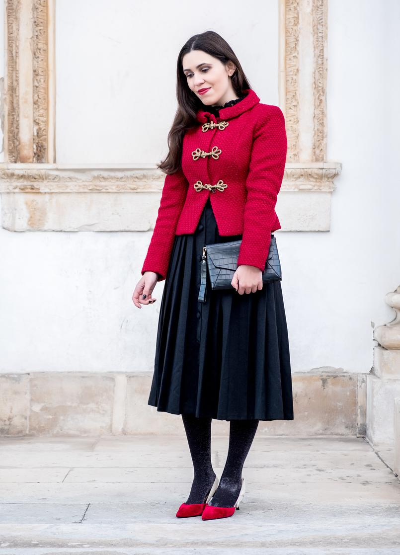 Le Fashionaire Look clássico para o natal casaco vermelho la brilhos alamares dourados lanidor saia preta botoes comprida rodada antiga sapatos vermelhos veludo inspirados dior mango 6548 PT 805x1117