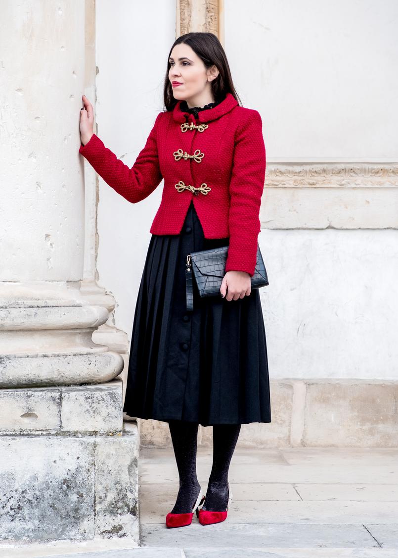 Le Fashionaire Look clássico para o natal casaco vermelho la brilhos alamares dourados lanidor saia preta botoes comprida rodada antiga sapatos vermelhos veludo inspirados dior mango 6554 PT 805x1127