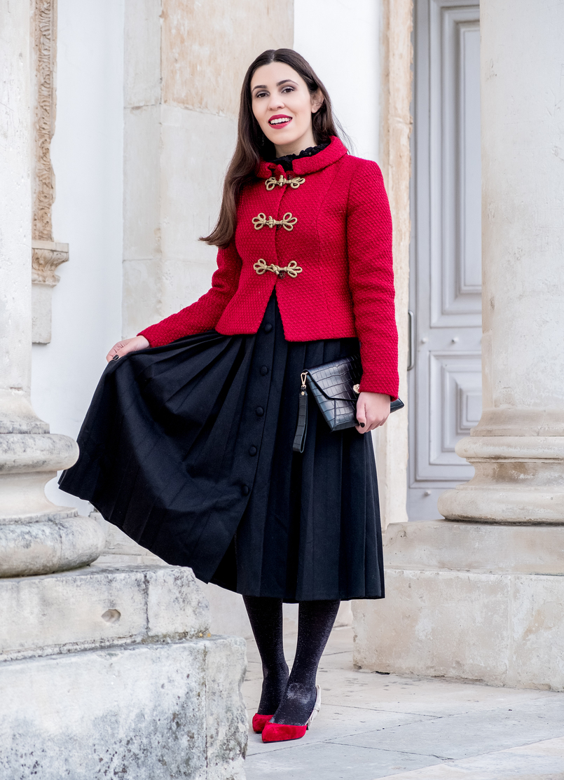 Le Fashionaire Look clássico para o natal casaco vermelho la brilhos alamares dourados lanidor saia preta botoes comprida rodada antiga sapatos vermelhos veludo inspirados dior mango 6579 PT 805x1113