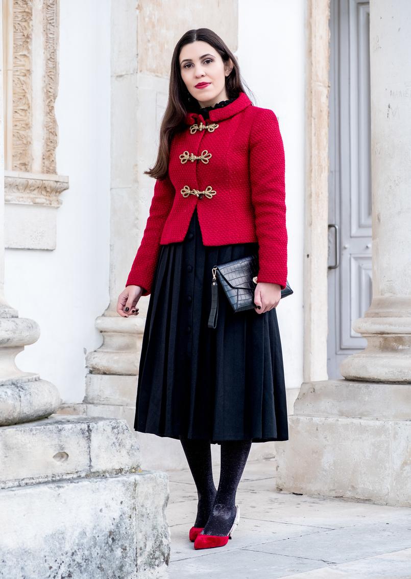 Le Fashionaire Look clássico para o natal casaco vermelho la brilhos alamares dourados lanidor saia preta botoes comprida rodada antiga sapatos vermelhos veludo inspirados dior mango 6580 PT 805x1133