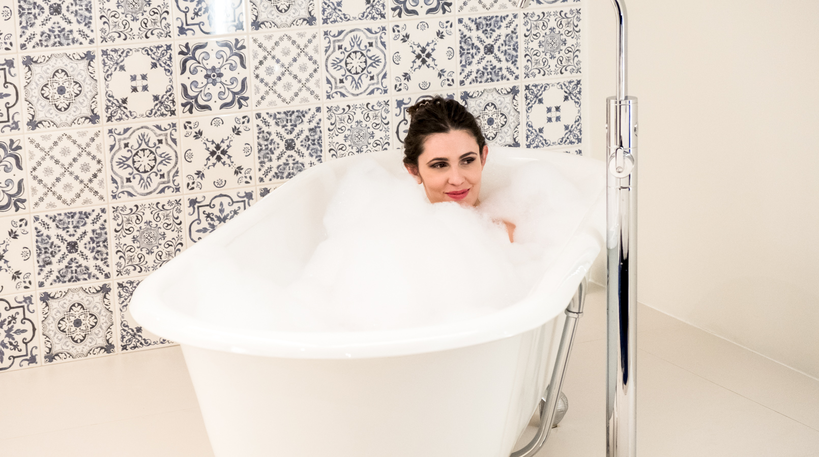 Le Fashionaire I found a Crystal in Oporto's heart cristal hotel oporto bath tube vitorian style white silver bubble bath blue white portuguese tiles 3810F EN