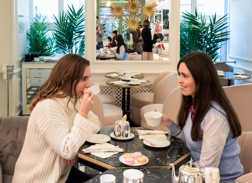Le Fashionaire Ladurée in Lisbon: the tea room you need to know daniela pedroso white knit red lips macarons pink orange brown chocolate passionfruit rose petals pink emilio pucci scarf 5116 EN 805x583