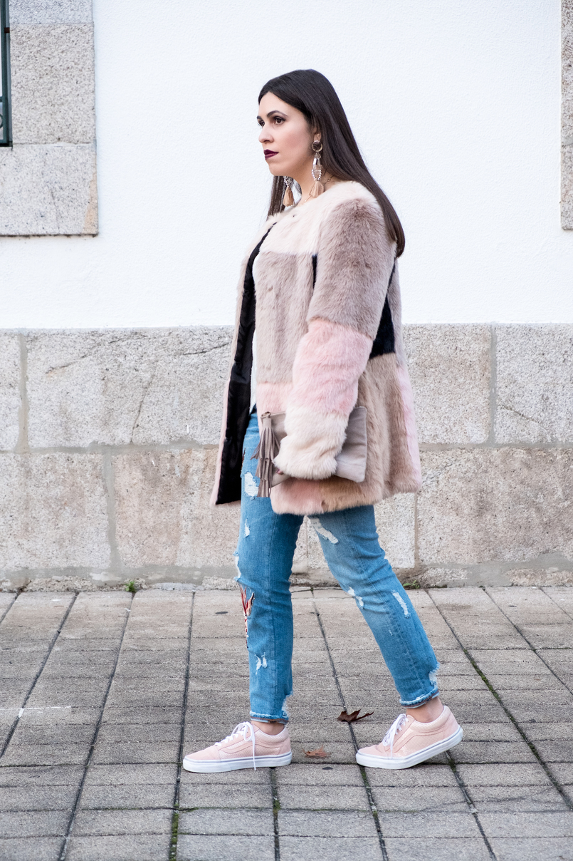 Le Fashionaire Best thing about winter: faux fur coats denim fishes pale pink embroidered zara jeans pale pink gold dots suede vans nude leather sfera clutch 3280 EN 805x1208