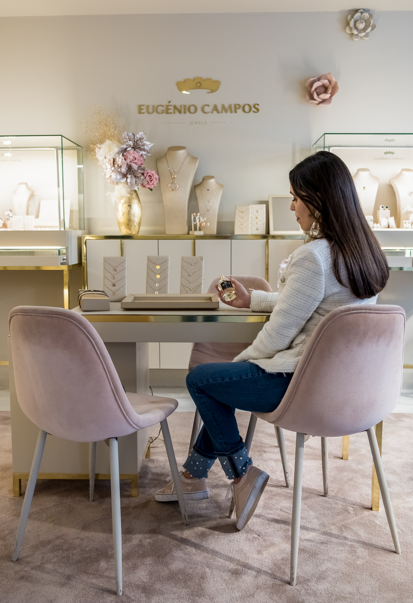 Le Fashionaire Eugénio Campos: the jewelry store you need to know eugenio campos jewelry shop velvet pale pink chairs denim jeans white pearls zara pale pink gold dots suede vans white zara tweed jacket 3990 EN 805x1175