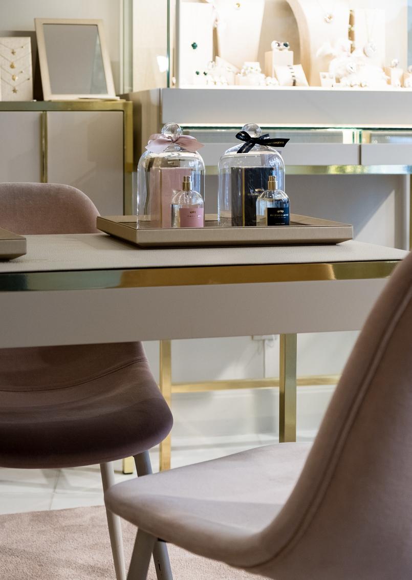 Le Fashionaire Eugénio Campos: as jóias que contam histórias eugenio campos joias loja cadeiras rosa bebe veludo 3974 PT 805x1133