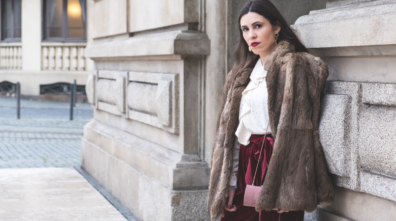 Le Fashionaire Chic outfit for Christmas day flare velvet burgundy pants white gold dots chic zara shirt fall winter faux fur brown coat gold bold mango earrings 6275F EN 805x450