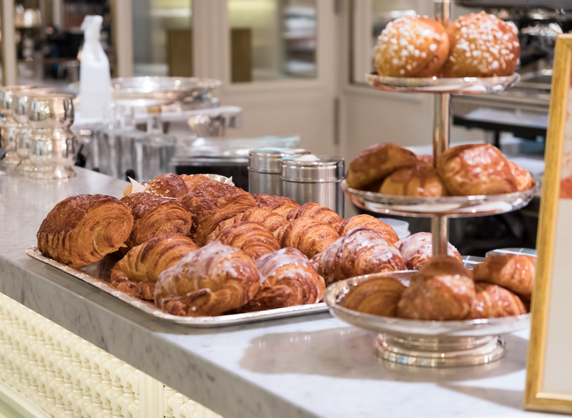 Le Fashionaire Ladurée in Lisbon: the tea room you need to know french croissant black marble chic table 5111 EN 805x589