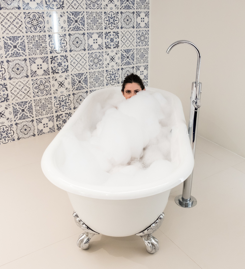 Le Fashionaire Encontrei o Cristal no coração do Porto hotel cristal porto banheira estilo vitoriana espuma branca banho espuma azulejos azul branco 3795 PT 805x882