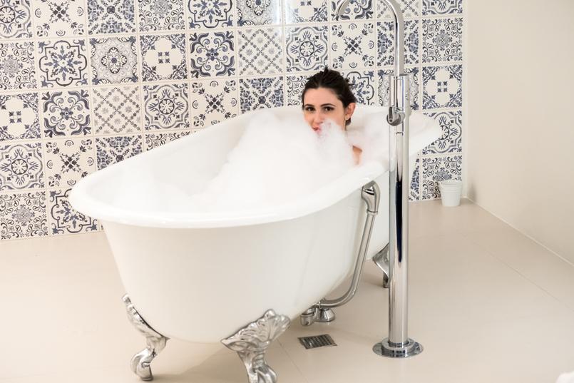 Le Fashionaire Encontrei o Cristal no coração do Porto hotel cristal porto banheira estilo vitoriana espuma branca banho espuma azulejos azul branco 3802 PT 805x537