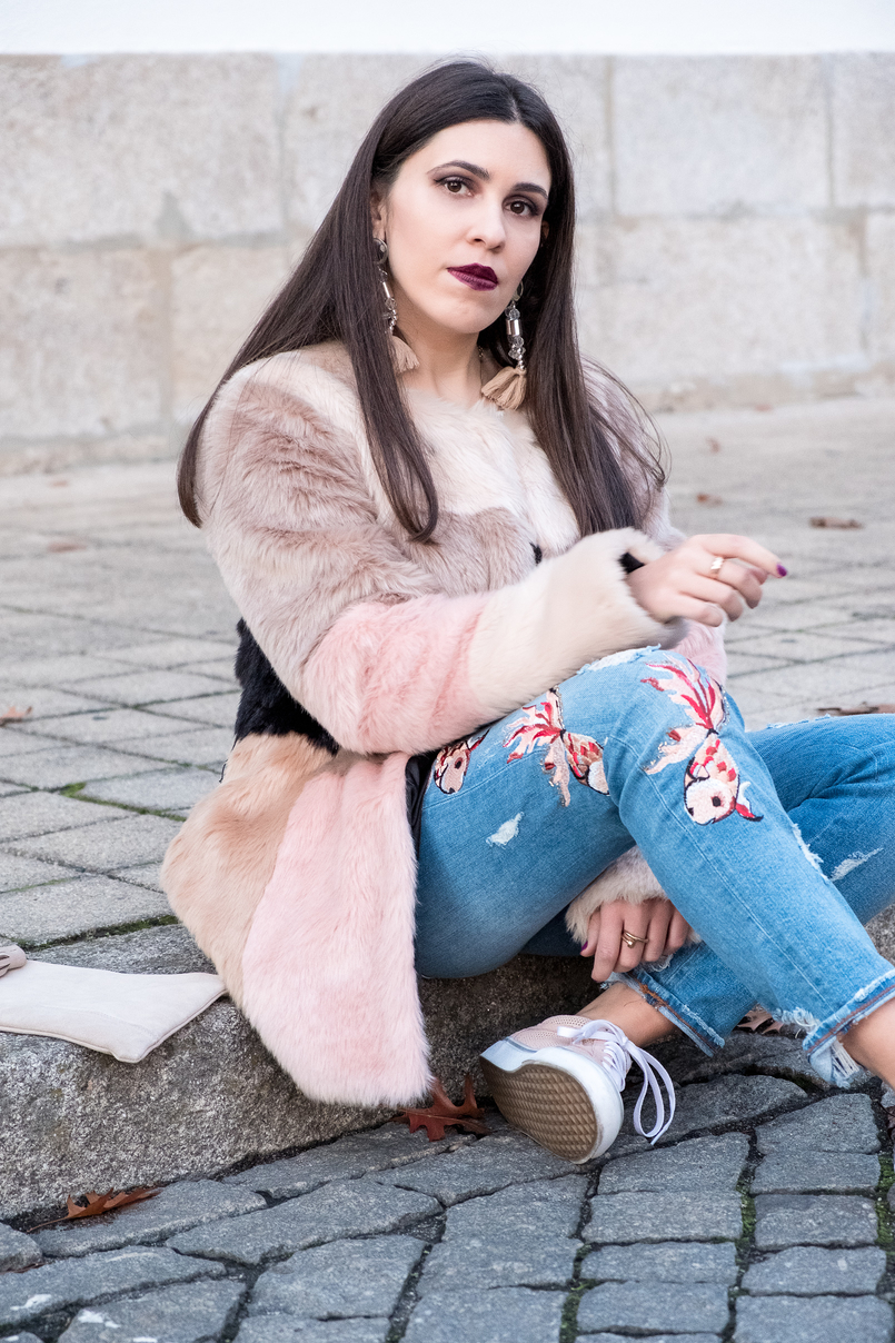 Le Fashionaire Best thing about winter: faux fur coats maxi faux fur pale pink black grey asos coat denim fishes pale pink embroidered zara jeans maxi tassels pvc pale pink hm earrings 3318 EN 805x1208