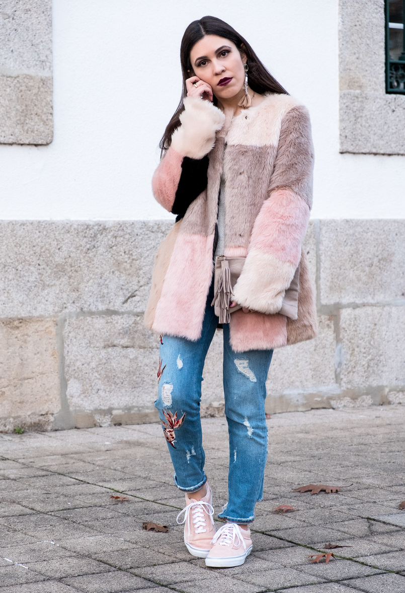 Le Fashionaire Best thing about winter: faux fur coats maxi faux fur pale pink black grey asos coat pale pink gold dots suede vans nude leather sfera clutch 3254 EN 805x1178